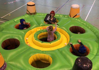 Nawet najmłodsi mogą spróbować swoich sił podczas zabawy w Whack a mole human edition