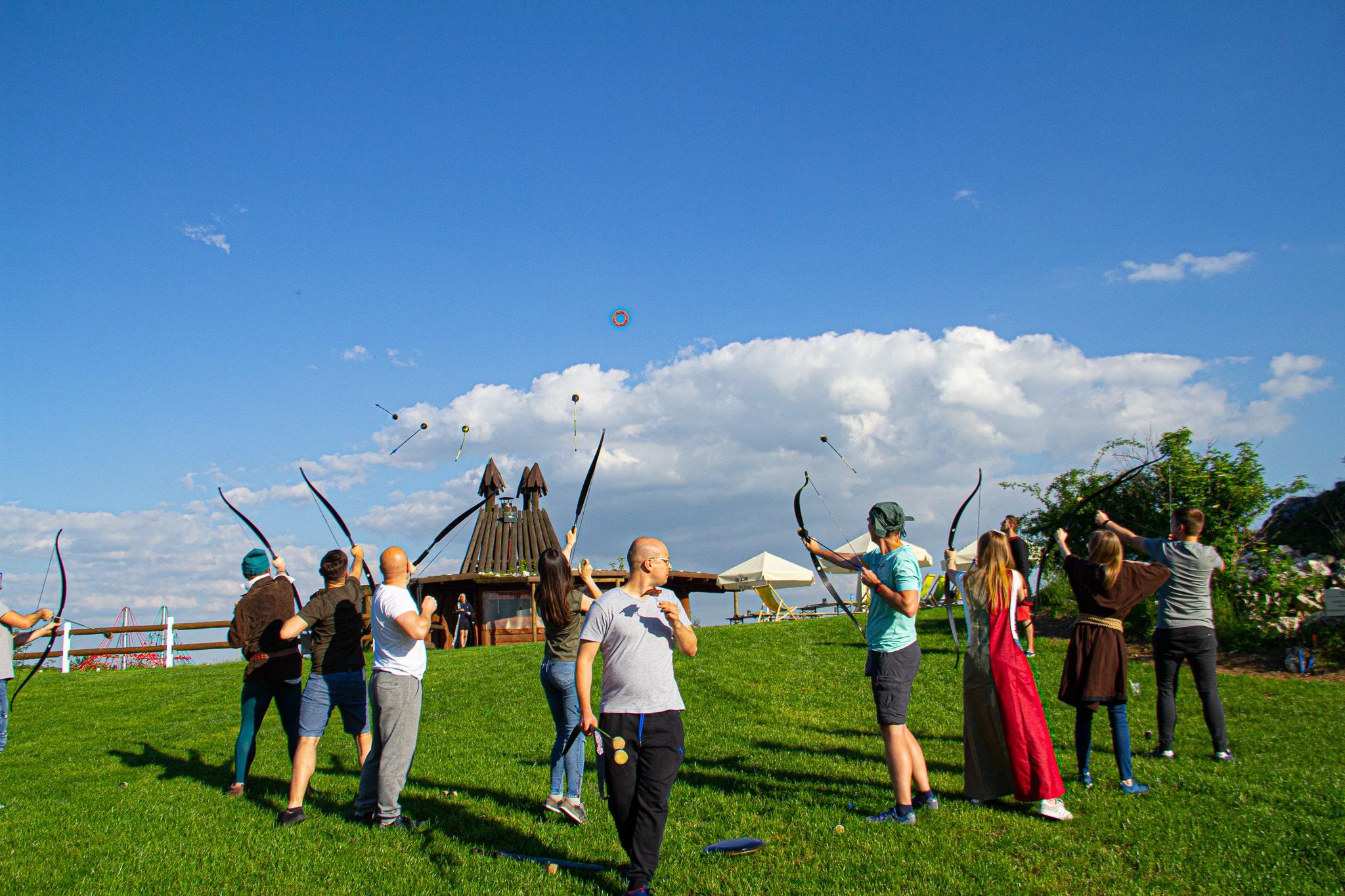 Podczas gry fabularnej Robin Hood uczestnicy ćwiczą celność w strzelaniu z łuku