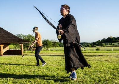 Dwóch zawodników z drużyny Robin Hooda szykuje się do walki