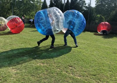 Chłopaki walczą podczas meczu w Bubble Football na imprezie w okolicach Łodzi