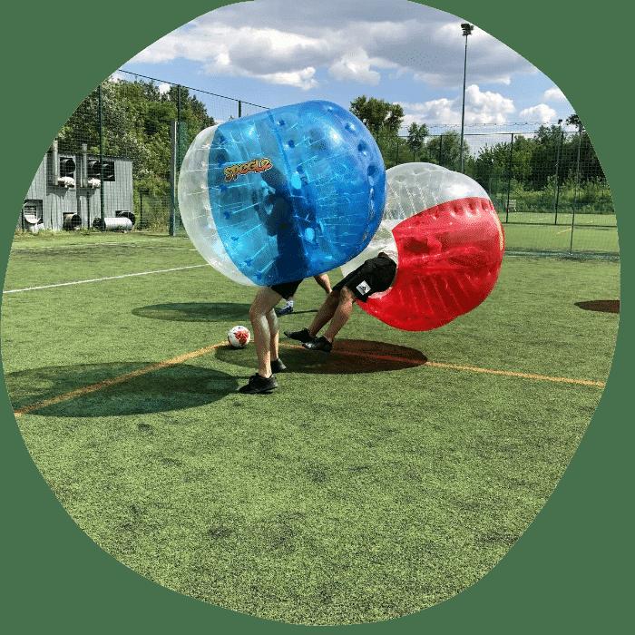 Okrągłe zdjęcie przedstawiające dwie osoby grające w Bubble Football